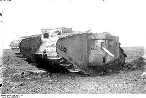 Bundesarchiv Bild 104-0754, Zerstörter britischer Panzer Mark I.jpg