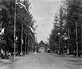 COLLECTIE TROPENMUSEUM Erepoort voor de patisserie Grimm & Co. in Soerabaja ten tijde van de kroningsfeesten van Koningin Wilhelmina in 1898. TMnr 60003155.jpg