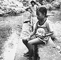 COLLECTIE TROPENMUSEUM Meisje op de rand van het bassin met de heilige alen bij het dorp Waai TMnr 20000126.jpg