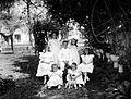 COLLECTIE TROPENMUSEUM Portret van een groep Europese kinderen met hond in de voortuin van een woonhuis aan de Tjelaket in Malang TMnr 10023865.jpg