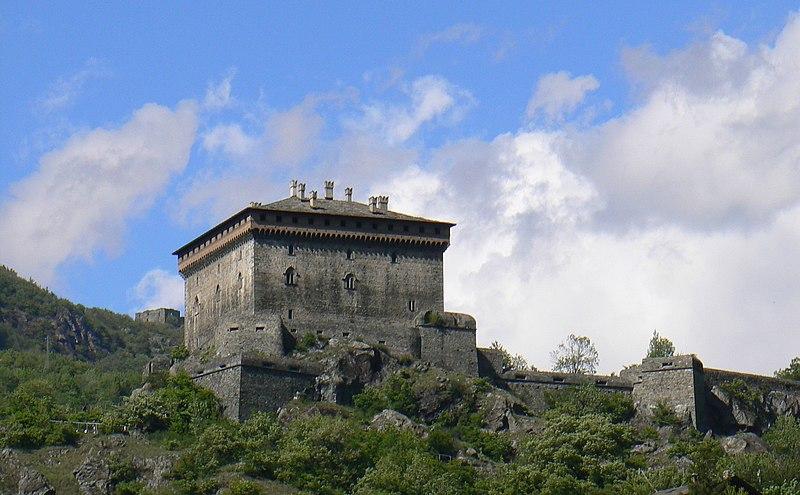 File:Castello di Verrès e sullo sfondo castello di Villa.jpg