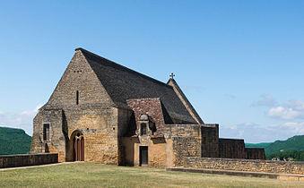 Photographie d'une chapelle médiévale. Le paysage est légèrement visible derrière.