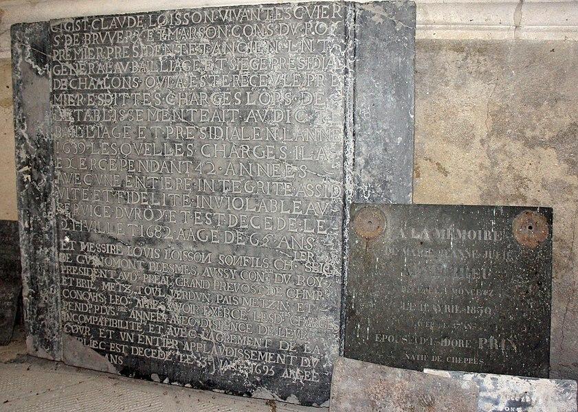 Dans la chapelle du château de Mairy (Marne, France) qui se trouve dans l'une des tours, les gisants de Claude Loisson, Louis de Guinaumont chevalier de Loisson et Marie Jeanne Matthieu épouse Prin.
