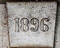 Clé de linteau datée de 1896 à Conques.jpg