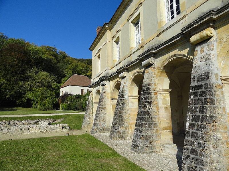 Vue du sud du cloître de l'ancienne abbaye.