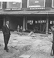 Coen Moulijn voor zijn winkel in aanbouw, Bestanddeelnr 912-5474.jpg