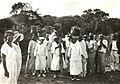 Collectie Nationaal Museum van Wereldculturen TM-60050786 Vrouwen dragen de oogst en mannen maken muziek tijdens het oogstfeest in Santa Cruz Curacao boekhandel Sluyter (Gerelateerd).jpg