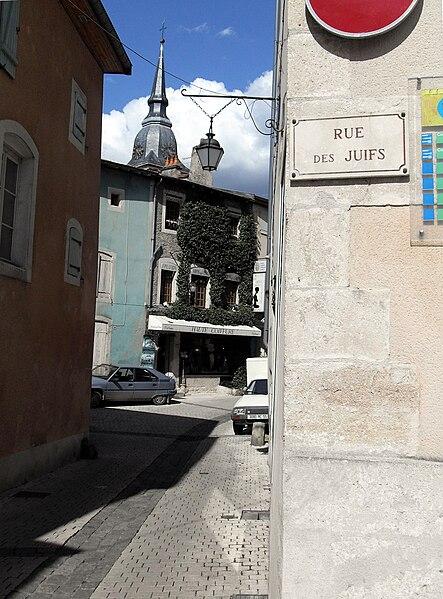 Commercy Meuse 55 - La Rue des Juifs se trouve à l'ombre du clocher de l'église....
