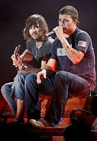 El Canto del Loco - David Otero and Dani Martín during a concert.