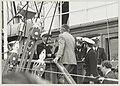 De kapitein van de Amerigo Vespucci verwelkomt burgemeester Molenwijk van Velsen aan boord van zijn schip. NL-HlmNHA 54011383.JPG