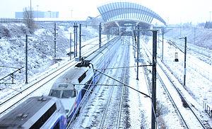"""Gare de Lyon Saint-Exupéry - Image: Deux TGV en unité multiple en direction du sud, passant sous le """"Tube 300"""" de Saint Exupéry"""