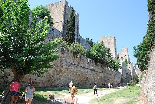 Graben und Stadtmauer von Rhodos (UNESCO-Welterbe in Griechenland). Douves de la vieille ville de Rhodes