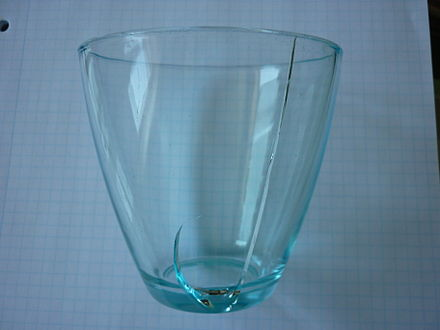 Drinking glass with fracture due to uneven thermal expansion after pouring of hot liquid into the otherwise cool glass Drikkeglas med brud-1.JPG