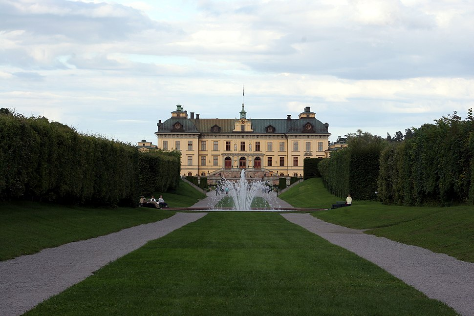 Drottningholm castle with fountain 2005-08-14