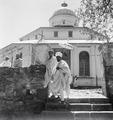 ETH-BIB-Abessinier vor einer Kirche-Abessinienflug 1934-LBS MH02-22-0305.tif
