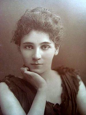 Elizabeth Robins - Image: Elizabeth Robins by W&D Downey, c 1890s
