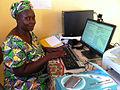 Elle apprend lutilisation de wikipedia hors ligne à Koulikoro (8573649903).jpg