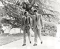 Felipe González pasea con el alcalde de Madrid por los jardines del palacio de la Moncloa. Pool Moncloa. 2 de mayo de 1986.jpeg