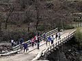 Gente en puente (15158781060).jpg