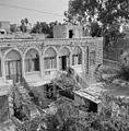 Gezicht op een woongebouw met een etage met arkaden. Israël, Tiberias. Fotocollectie Van de Poll.jpg