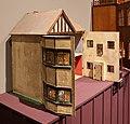Gran bretagna, casa di bambola in stile edoardiano alexandra lodge, 1930 ca. (coll. giocattoli antichi di roma capitale) 01.jpg
