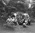 Groep meisjes bezig met het maken van een maaltijd en het stoken van vuur, Bestanddeelnr 904-0979.jpg