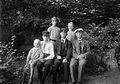 Gruppbild av ungdomar i en trädgård - Nordiska Museet - NMA.0057426.jpg