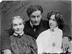 Harry Houdini with his wife Beatrice and mother Cecilia Steiner Weiss, half-length portrait LCCN96518798.jpg