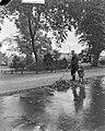 Herfst op Frederiksplein (jongetje Van de Laan ), Bestanddeelnr 903-6590.jpg