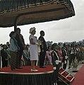 Het koninklijk paar met president Soeharto en zijn vrouw luisteren naar de volks, Bestanddeelnr 254-9073.jpg