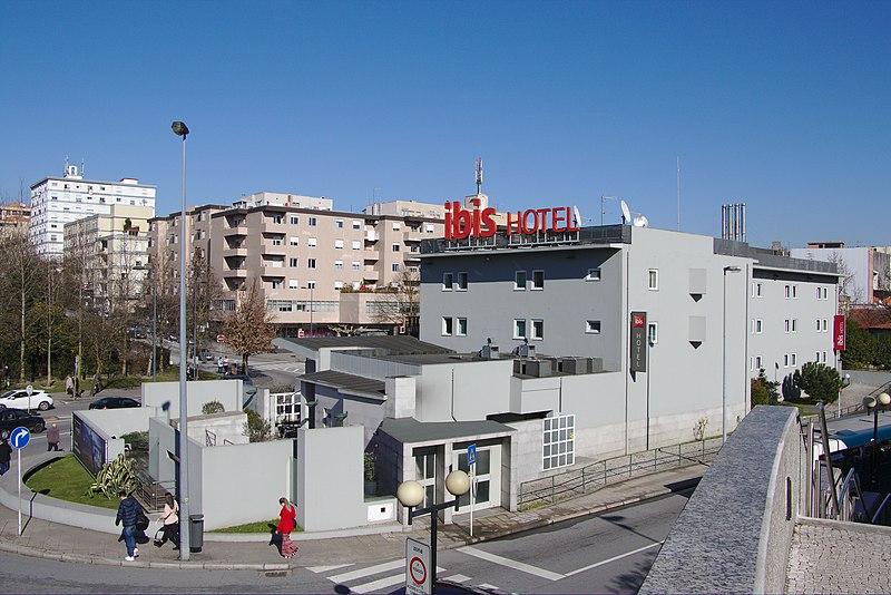 File:Hotel Ibis Guimarães Centro (45959776115).jpg