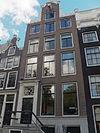 foto van Huis met halsgevel met deuromlijsting