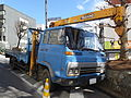 Isuzu Forward FXⅢ, 2nd Gen, Blue truck with crane, Right front perspective view.jpg