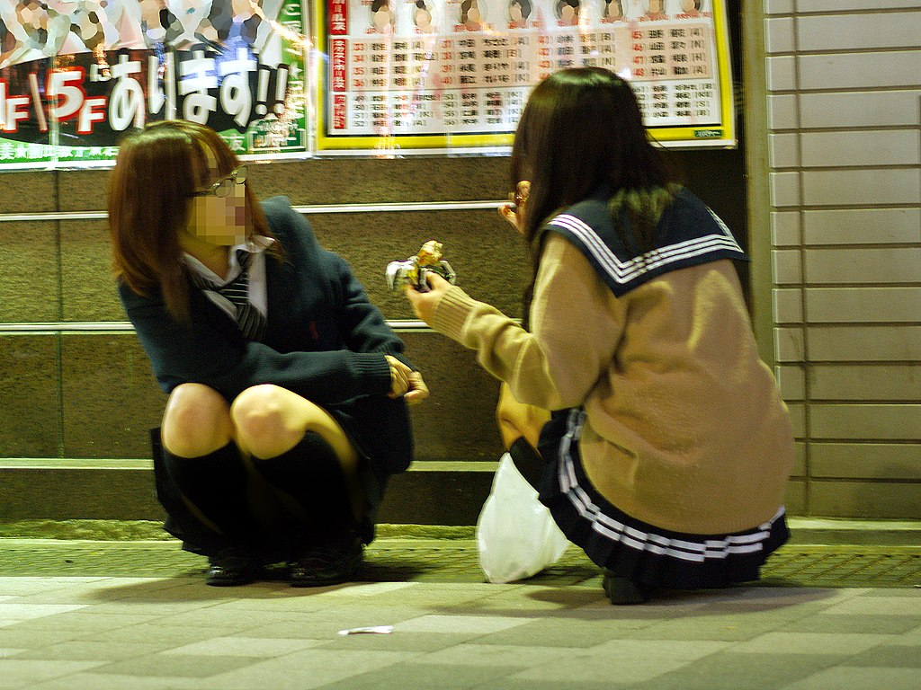 File Jk Highschool Girls Taking The Night Meal At Sidewalk Of
