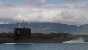 सञ्चिका:JS Mochishio departs Pearl Harbor to participate in RIMPAC 2010, -6 Jul. 2010 a.webm
