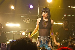 English: Jessie J live from NYC.