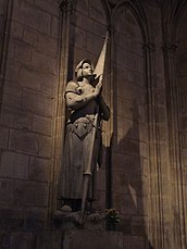 Estatua de Juana de Arco dentro de la catedral.