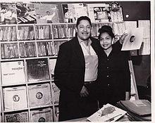 John Dolphin kaj lia edzino Ruth Dolphin ĉe Delfeno estas de Hollywood Record Shop