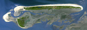 Insel Juist (im Norden) mit Memmert (im Süden) und Sandbank Kachelotplate (im Westen)