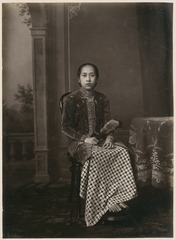 KITLV 10014 - Kassian Céphas - Javanese women in court dress, belonging to the family of Hamengkoe Buwono VII sultan of Yogyakarta - Around 1885.tif
