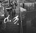 KNIL-militairen steken een brug of sluizencomplex over, Bestanddeelnr 2562.jpg
