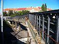 Kabelová lávka přes železniční trať u Svatovítské.jpg
