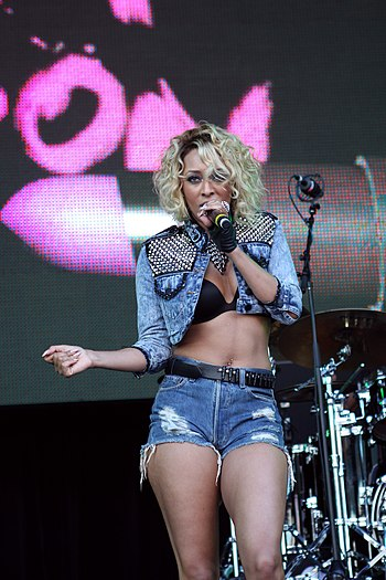English: Keri Hilson performing at Supafest in...