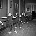 Kinderen krijgen les aan de barre in een oefenruimte, Bestanddeelnr 252-9201.jpg