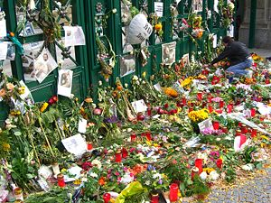 Thomas Dörflein - Flowers and condolences left at the entrance to the Zoo after Dörflein's death