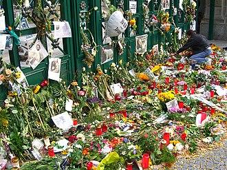 Thomas Dörflein - Flowers and condolences left at the entrance to the Zoo after Dörflein's death