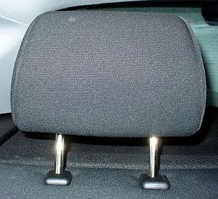Poggiatesta regolabile installato sul sedile posteriore di un'autovettura, efficace mezzo di protezione passiva, se correttamente posizionato in altezza