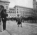 La cultura moderna - Milano 1898. Truppe in piazza del Duomo.jpg