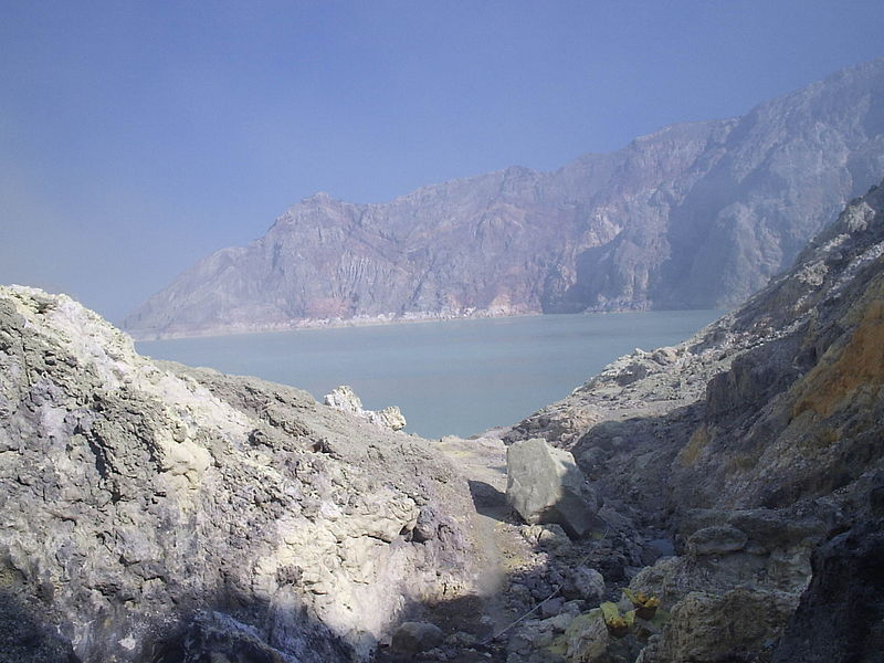 Berkas:Lacul din craterul ijen.jpg