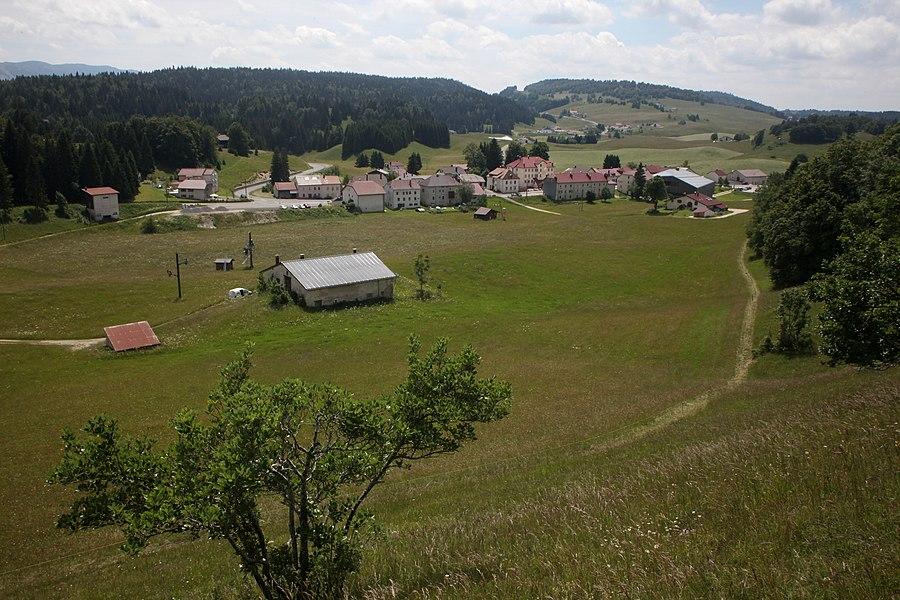 Vue du village de Lajoux, Jura.